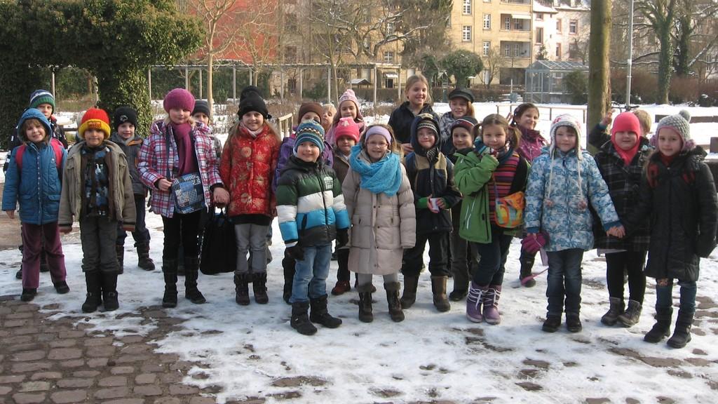 Melodica-Kids vor dem Sandkorntheater