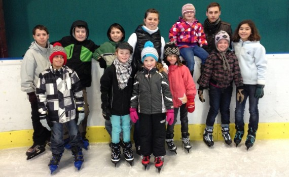 Gruppenbild der AkkoKids-Teilnehmer im Eistreff