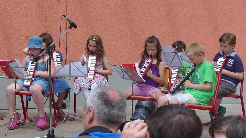 Melodica-AG beim Schulfest 2013 der Grundschule Langensteinbach (Ausschnitt)