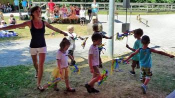 Der Regenbogentanz der Musikgarten-Kinder