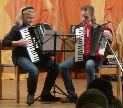 Ein Duo spielt bei der Adventsfeier
