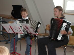 Larissa und Nora zeigen beim Schülervorspiel, was sie gelernt haben