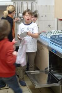 Gemeinsames Geschirr spülen (Probenwochenende 2013)