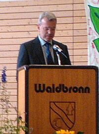 Vorstand Thomas Lehmann bedankt sich bei Peter Hepperle