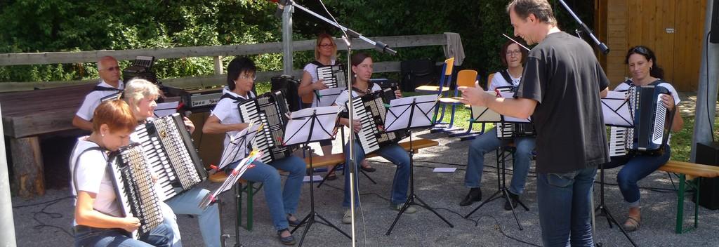 Das 2. Orchester beim ersten Auftritt zur Matinee im Grünen (Juli 2015)