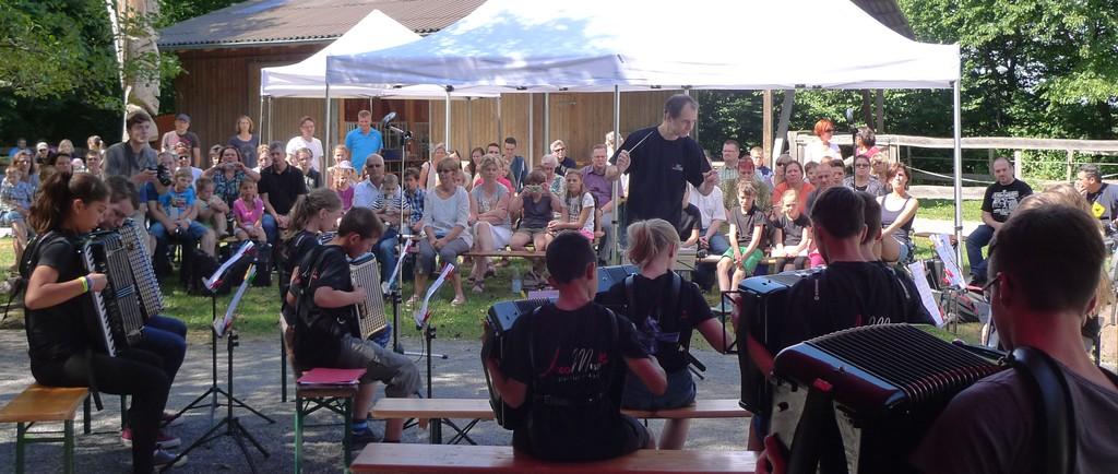 Das Jugendorchester vor der Zuhörerkulisse