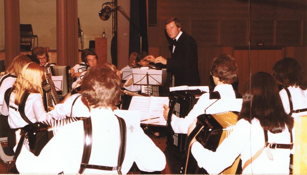 Das 1. Orchester vor 34 Jahren beim Herbstkonzert am 29.11.1980. Dirigent war Klaus Störzbach. Im Hintergrund ein einsames Tannenzäpfle...