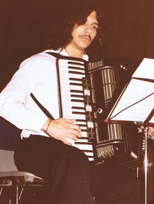 Uwe Müller, unser jetziger Dirigent, spielt Solo beim Herbstkonzert am 29.11.1980