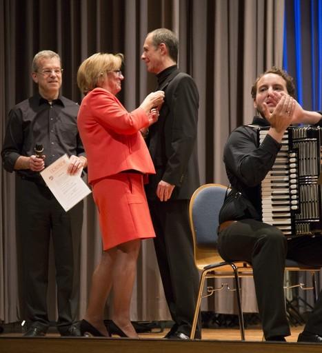 Die goldene Dirigenten-Ehrennadel mit Auszeichnung erhielt Uwe Müller von AccoMusica aus der Hand von Hedy Stark-Fussnegger vom Deutschen Harmonika-Verband