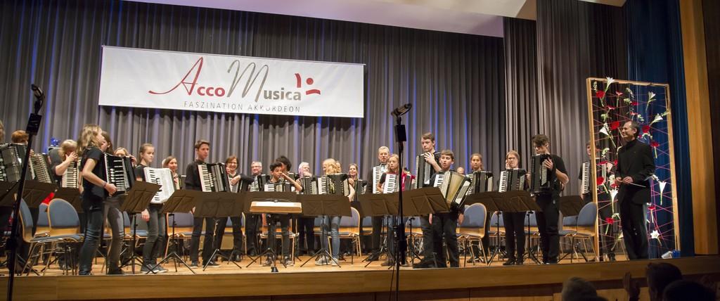 Großes Akkordeon-Projektorchester: Jugendorchester, 2. und 1. Orchester, Akkordeon Ensemble Malsch. Rechts Dirigent Uwe Müller