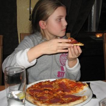 Die Pizza schmeckt