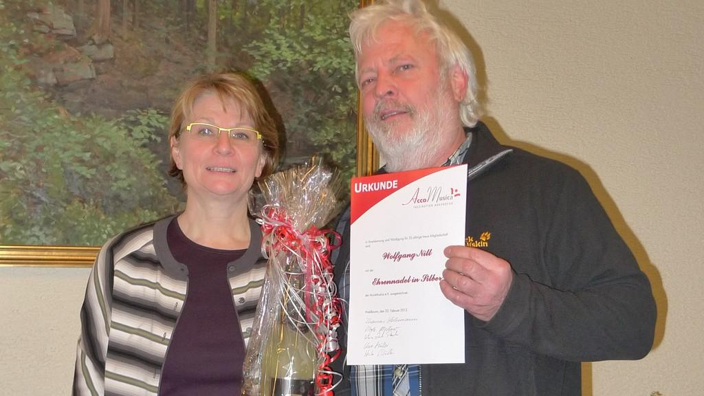 Wolfgang Nill ist seit 25 Jahren Vereinsmitglied und erhält dafür die Ehrennadel in Silber