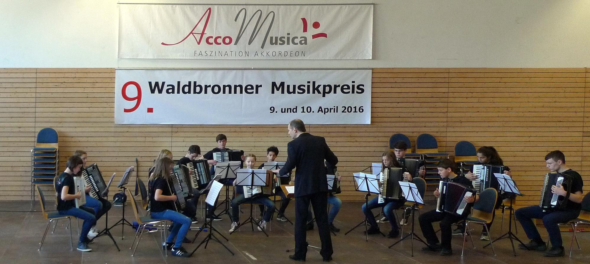 Das Jugendorchester von AccoMusica beim Vortrag. Dirigent: Uwe Müller