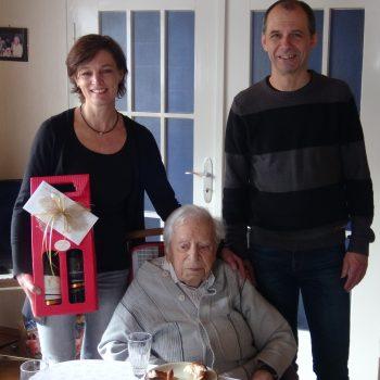 Christiane Becker und Uwe Müller gratulieren dem Mitglied Stefan Kraft zu seinem 100. Geburtstag