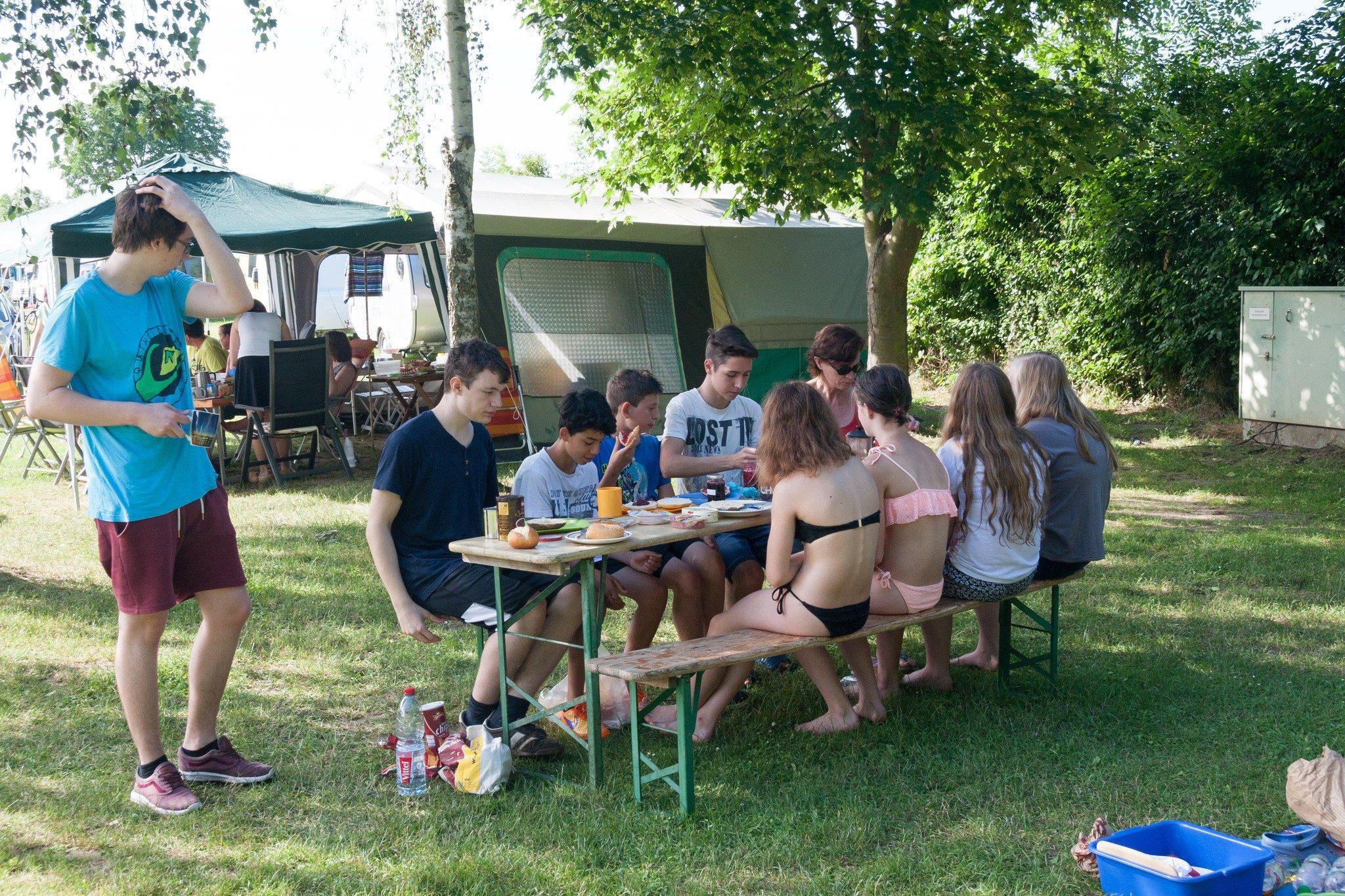 Gemeinsames Essen auf dem Zeltplatz