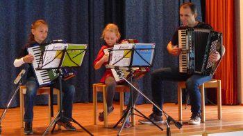 Akkordeon-Trio: Zusammen mit dem Lehrer (Uwe Müller) macht es doppelt Spaß