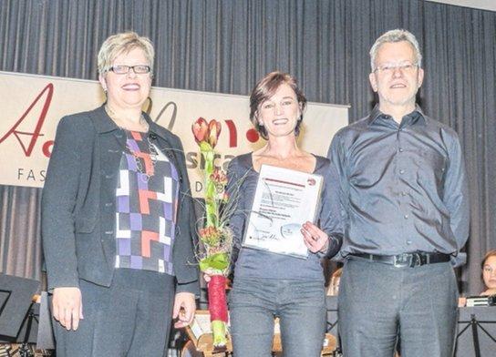 Mit der Ehrenamtsplakette des Deutschen Harmonika-Verbands wurde Christiane Becker (Mitte) ausgezeichnet. Die Ehrung überbrachte Petra Kurpisz vom Harmonika Verband Mittelbaden, für AccoMusica dankte Vorstand Thomas Lehmann.