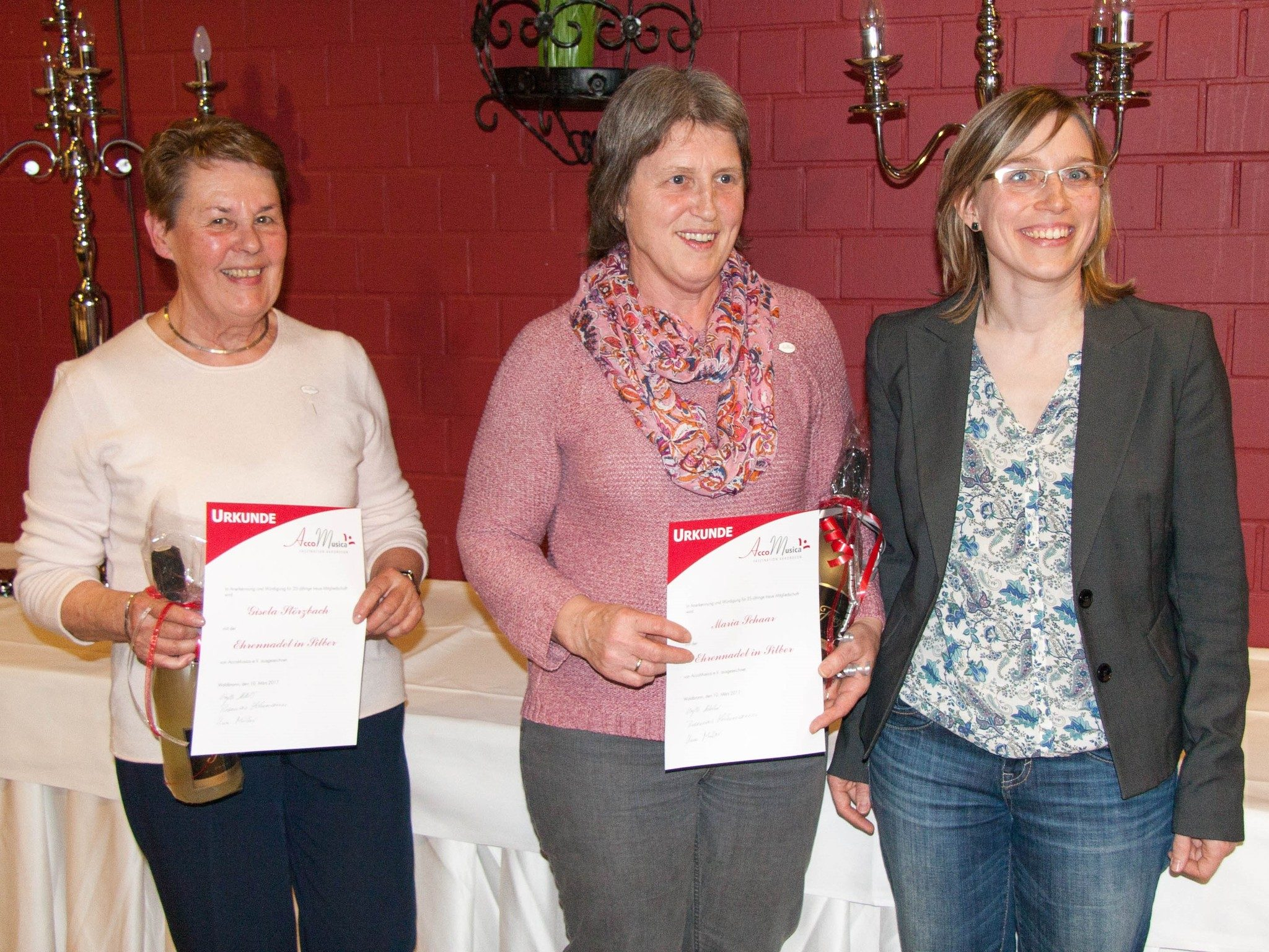 Sibylle Klöckner ehrt Maria Schaar und Gisela Störzbach für 25 Jahre Mitgliedschaft (v.r.n.l.)