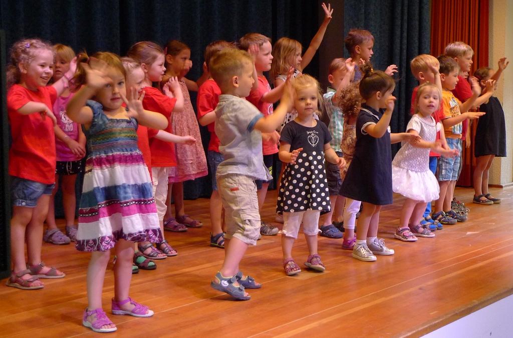Die Kinder aus dem Musimo-Kurs führen einen Tanz auf