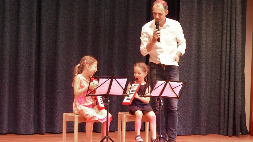 Uwe Müller sagt das Stück an, das gleich Lina und Elisa vortragen werden