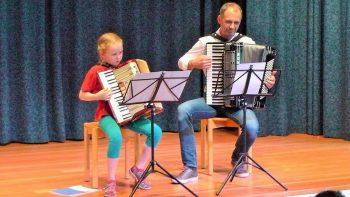 Akkordeon-Duo Schülerin mit ihrem Lehrer