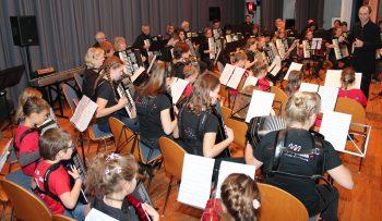 Das große Finale: Drei Generationen musizieren zusammen (Foto: Rüdiger Homberg)