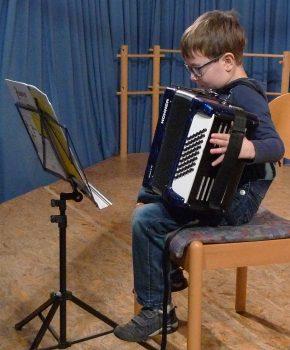 Ein junger Akkordeonist meistert bravourös seinen Auftritt