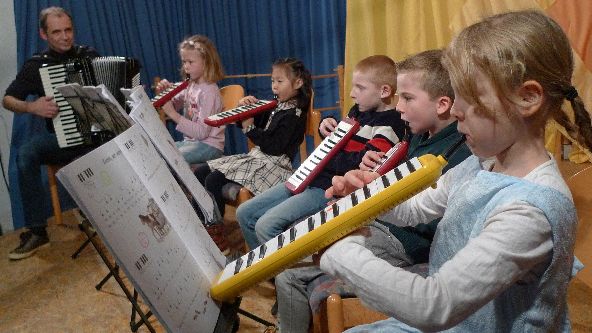 Die Melodica-AG der Albert-Schweitzer-Schule Waldbronn bei ihrem ersten Auftritt