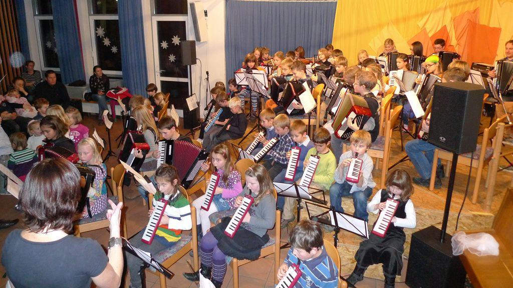 Großes Finale: Jingle Bells mit Melodica, Akkordeon, Schülerorchester und Jugendorchester