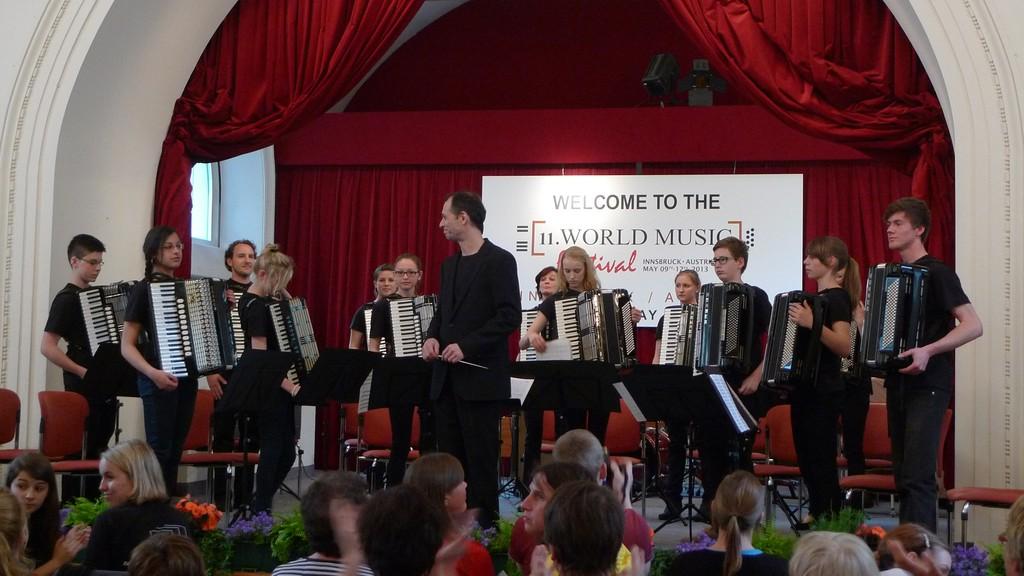 Das Jugendorchester begrüßt Dirigent und Jury