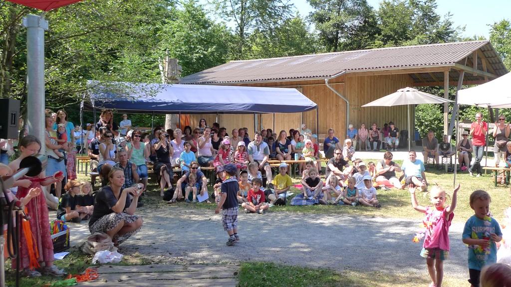 Bei sommerlichen Temperaturen suchte sich das Publikum ein Schattenplätzchen