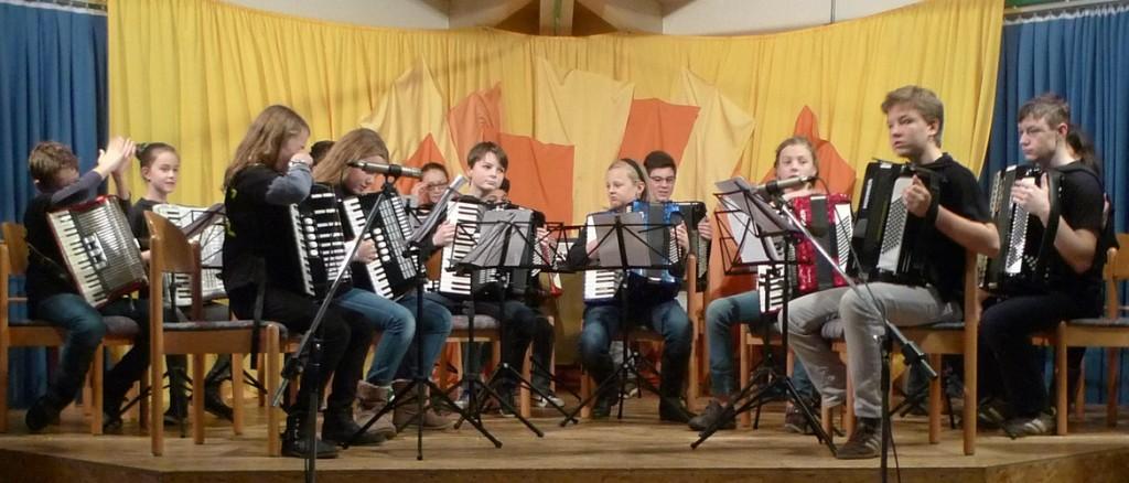 Das Jugendorchester kurz vor der Eröffnung der Adventsfeier