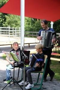 Schüler spielen mit Begleitung des Lehrers Uwe Müller