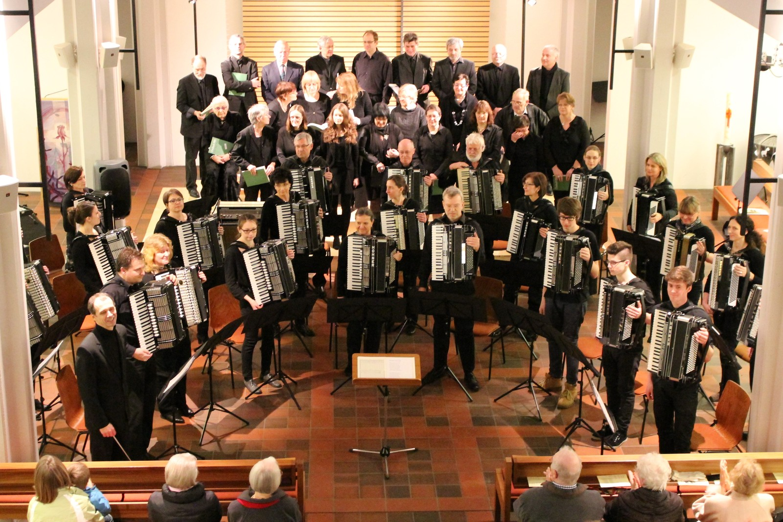 Nach dem Finale bedanken sich alle beteiligten Musiker beim Publikum: 1. Orchester, 2. Orchester, Jugendorchester, Kirchenchor Langensteinbach