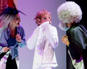 Zwerg Nase: Lydia Fuchs, Carla Weingarten, Dimetrio-Giovanni Rupp. Foto: Felix Grünschloß, Badisches Staatstheater Karlsruhe