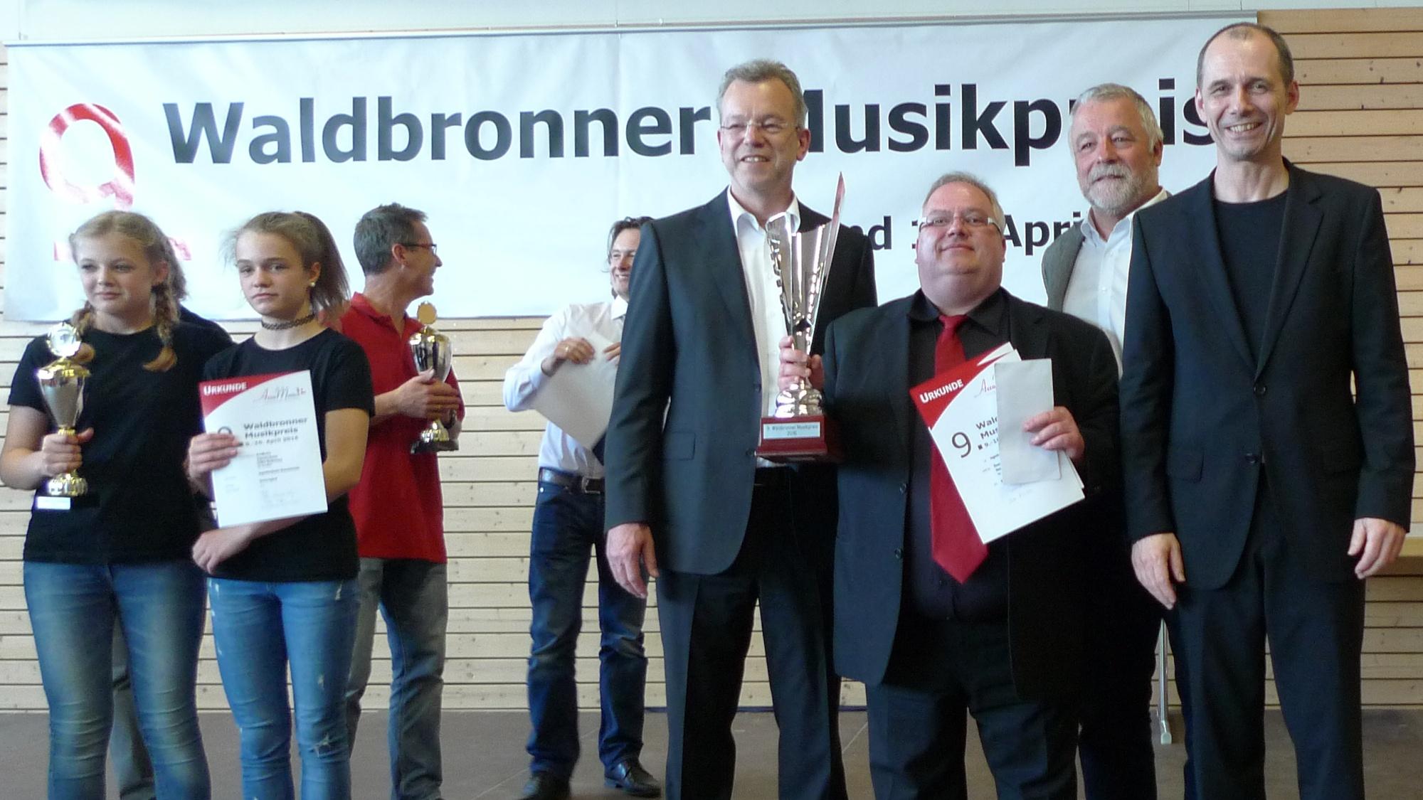 Herzlichen Glückwunsch dem Gewinner des 9. Waldbronner Musikpreises, an den HHC Sulzburg! Von rechts: Uwe Müller, Franz Masino (Bürgermeister Waldbronn), Michael Huck (Dirigent HHC Sulzburg), Thomas Lehmann