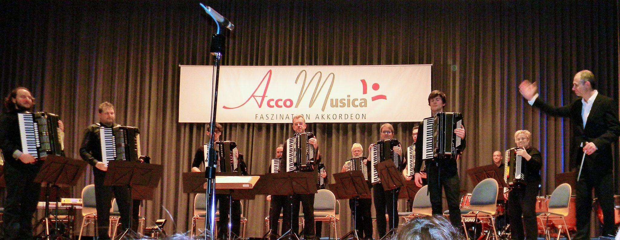 Das 1. Orchester von AccoMusica mit dem Dirigenten Uwe Müller