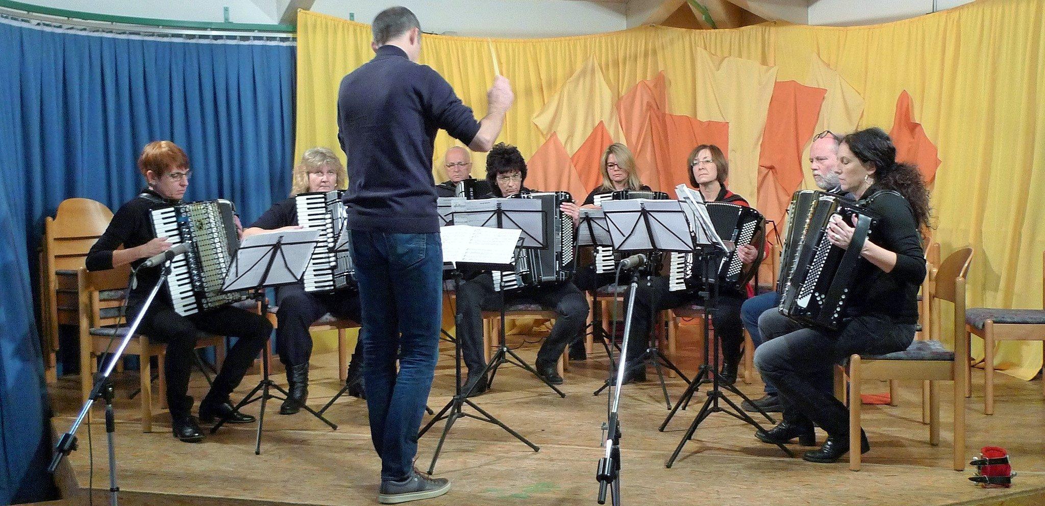 Voll konzentriert: Das 2. Orchester von AccoMusica beim gelungenen Auftritt