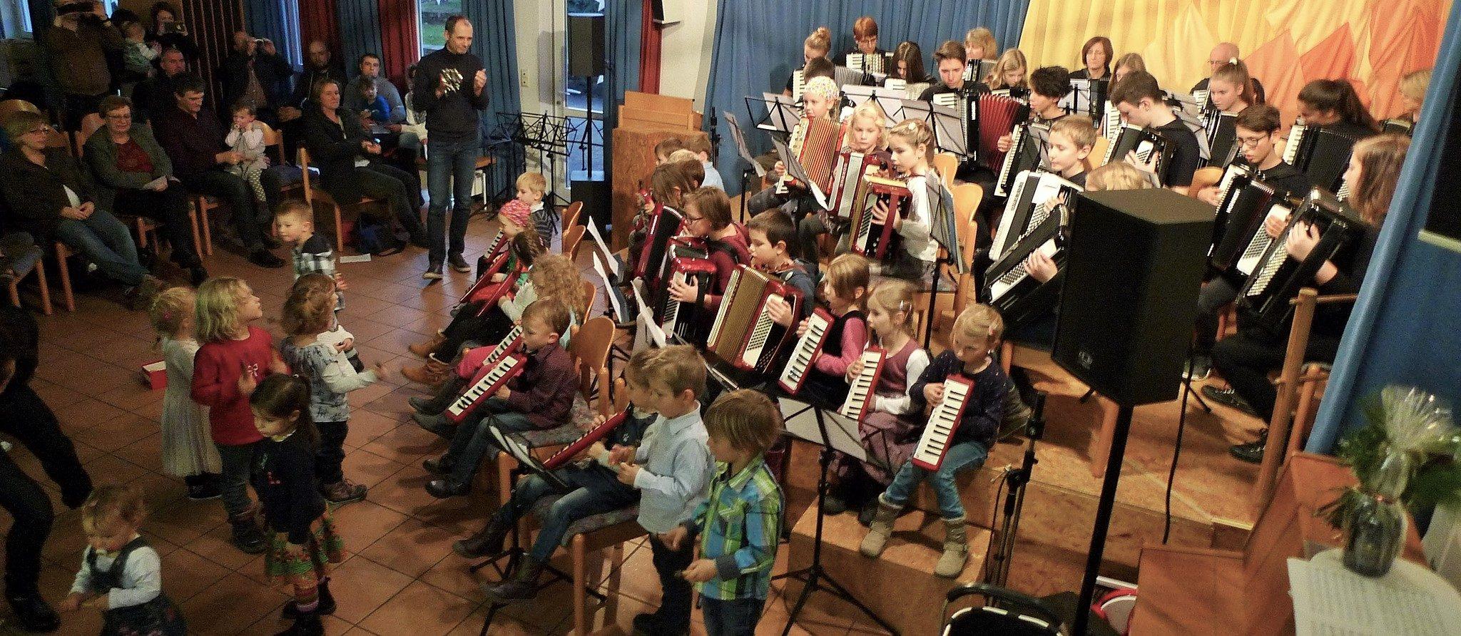 Großes Finale: Jingle Bells mit Akkordeon, Melodika und MUSIKGARTEN-Rasseln